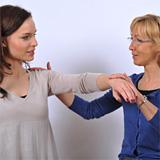 Kinesiologie-Dr.-Kathrin-Nieter-behandelt-eine-Patientin